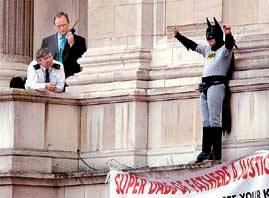 Batman saluda a la aficción desde la cornisa de Buckingham