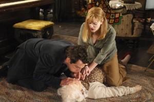 Ben Stiller y Drew Barrymore asisten a la necesitada anciana