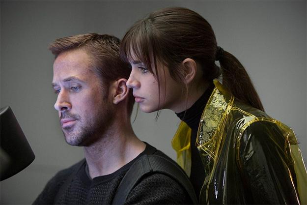 Otra nueva foto de Blade Runner 2049... esas gabardinas de plástico