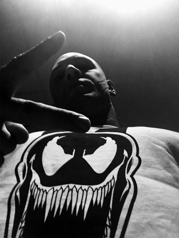 Tom Hardy, monstruo él, ha publicado esta foto con los fans... Venom puro