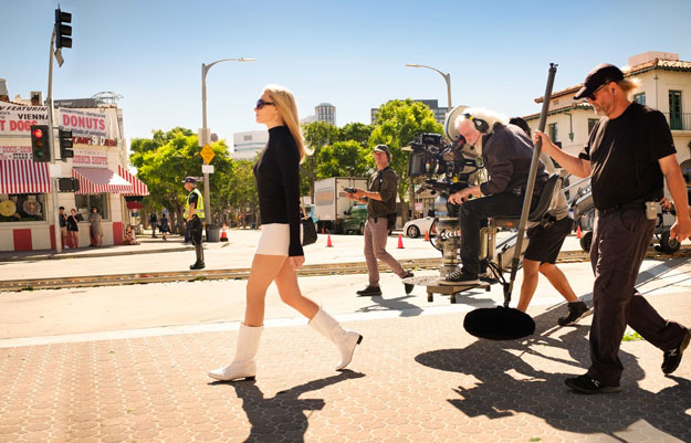 Margot Robbie como Sharon Tate paseando por las calles de Hollywood