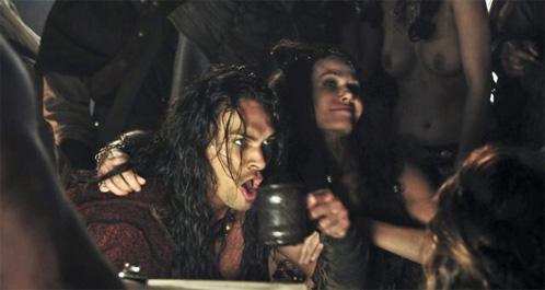 Conan tomando unas copas con mujeres de buen vivir