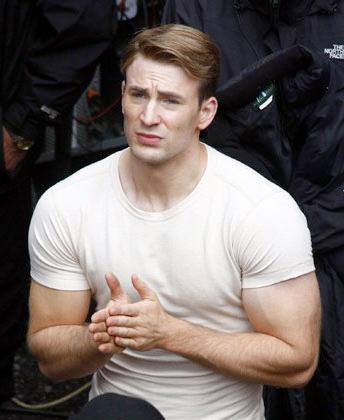 Saludad a Chris Evans peinado y vestido como Steve Rogers antes de enrolarse en Captain America: The First Avenger!