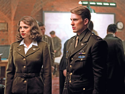 Peggy Carter y Steve Rogers uniformados y dispuestos a todo