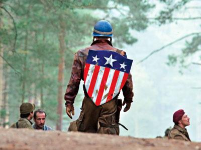 Steve Rogers / Capitán América con el escudo clásico