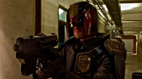 Primer vistazo a Karl Urban vestido como Judge Dredd