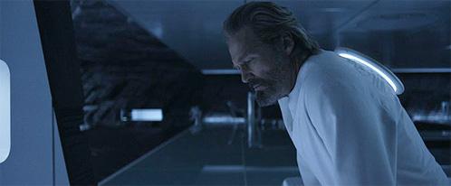 Flint (Jeff Bridges) observa el mundo de Tron