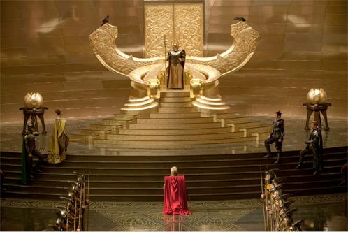 Nueva imagen de Thor y presentación del trono de Asgard, así como de Odín y Loki con casco o primeros vistazos a Frigga, Fandral y Hogun