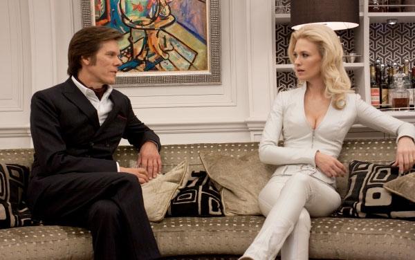 Sebastian Shaw charlando con una despampanante Emma Frost