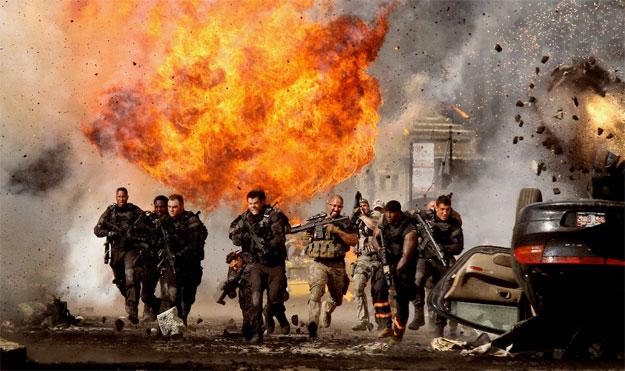 Una clásica imagen de la saga Transformers: militares a cascoporro y mucho fuego