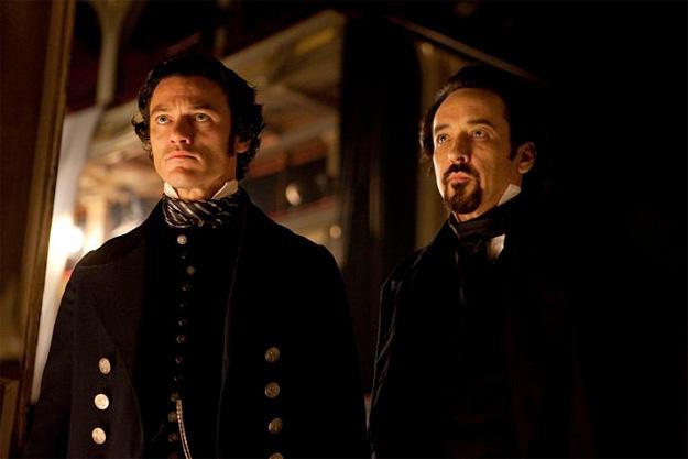 Una nueva imagen de The Raven: el detective Emmett Fields y Edgar Allan Poe observar uno de los crímenes