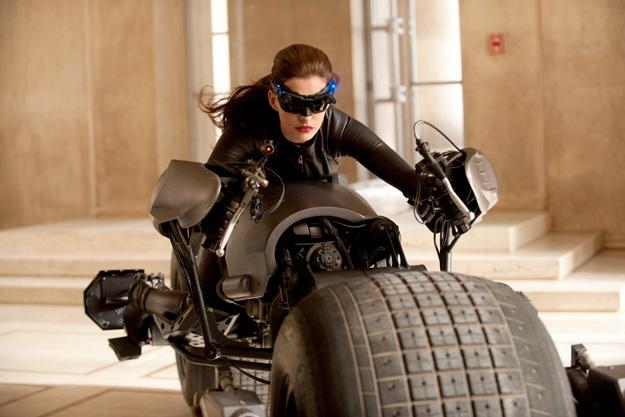 Anne Hathaway a lomos de la Batpod en su presentación como la nueva Catwoman