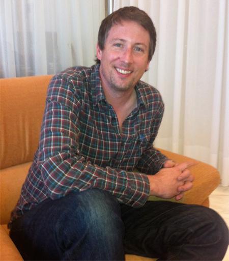 Joe Cornish sonríe amigablemente en la entrevista para Uruloki