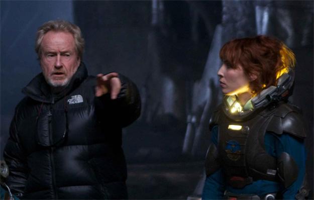 Ridley Scott da directrices a Noomi Rapace en el set de Prometheus