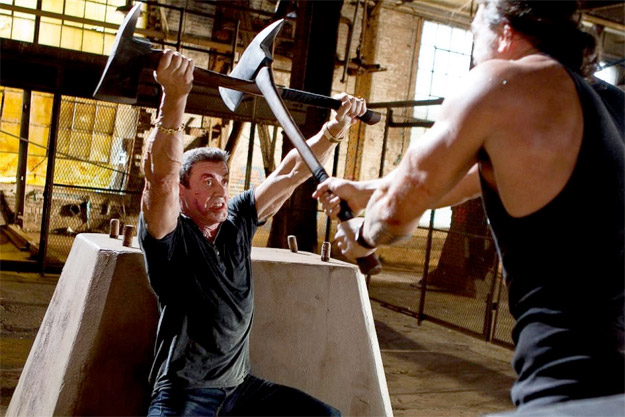 Una imagen de Bullet to the Head con Sylvester Stallone y Jason Momoa en un combate con... HACHAS!!!