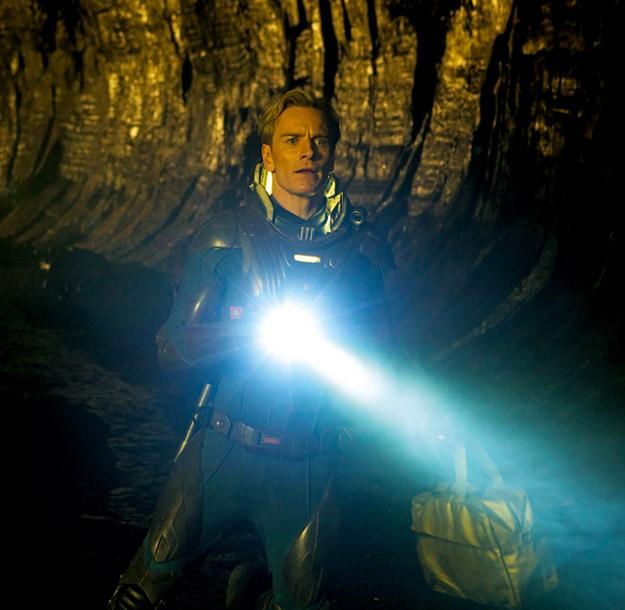 Nueva imagen de Prometheus con Michael Fassbender y una luminosa linterna