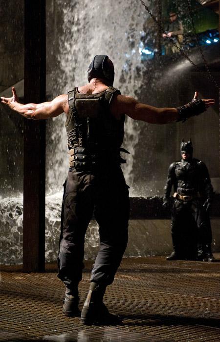 Bane se planta amenazante ante Batman