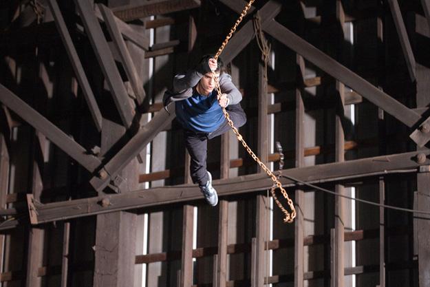 Peter Parker haciendo el canelo colgándose de una cadena