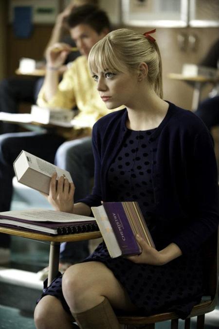Gwen Stacy y su libro de química
