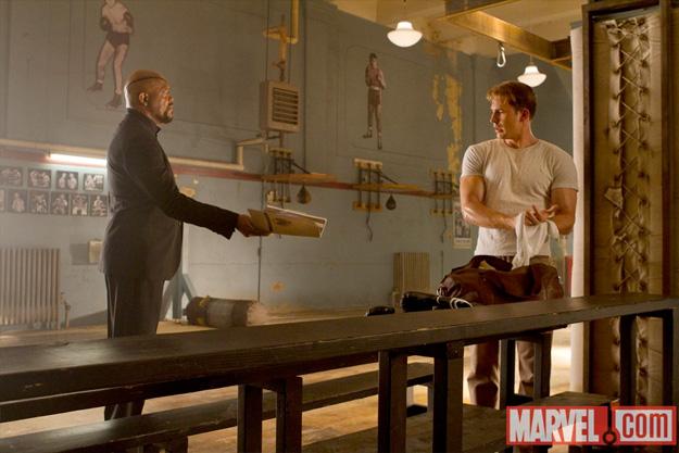 Nick Fury contratando a Steve Rogers para unirse a la iniciativa Vengador