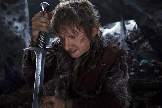 Bilbo Bolsón empuñando a Dardo