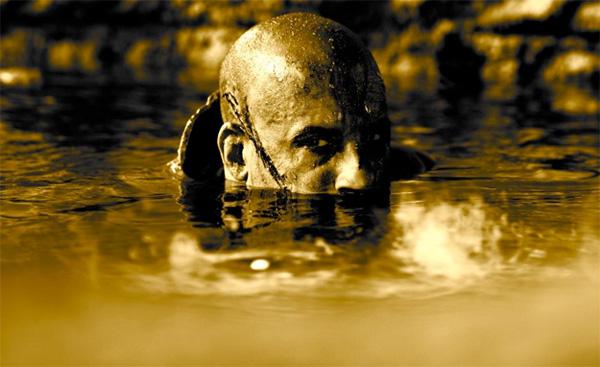 Riddick imitando descaradamente a Martin Sheen en Apocalypse Now