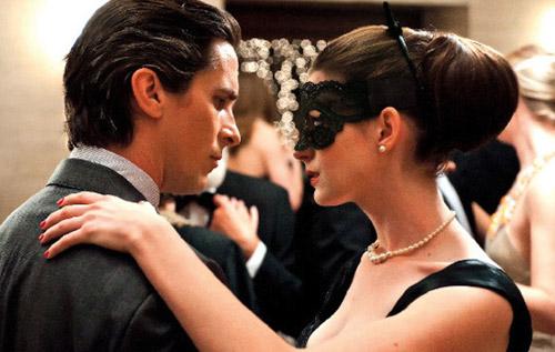 Bruce Wayne y Selina Kyle echando un baile... esos ojos traidor