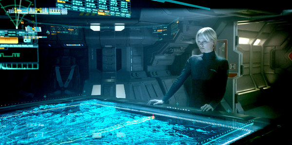 Meredith Vickers (Charlize Theron) observa el planeta que planean van a visitar