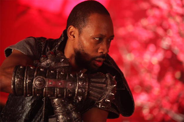RZA con los puños de acero de The Man with the Iron Fists
