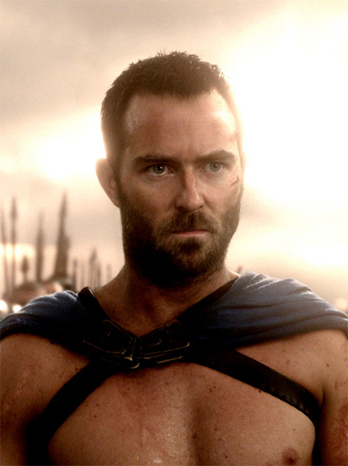 Aquí tenemos a Sullivan Stapleton en modo general griego de esos que te pasan a cuchillo a la primera protesta