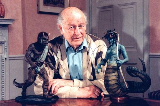 Ray Harryhausen rodeado por Calibos y la Medusa, piezas magistrales de Furias de Titanes