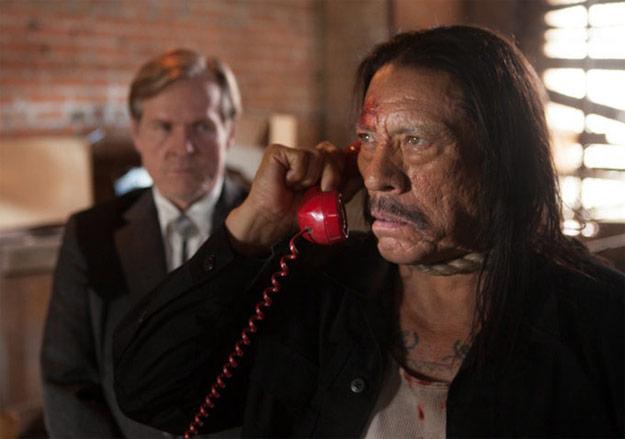 Machete responde al teléfono todavía con la soga al cuello