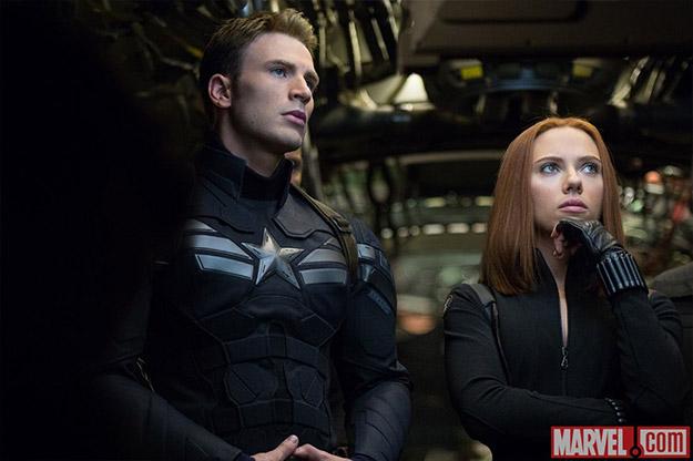 El Capitán América pensativo junto a la Viuda Negra