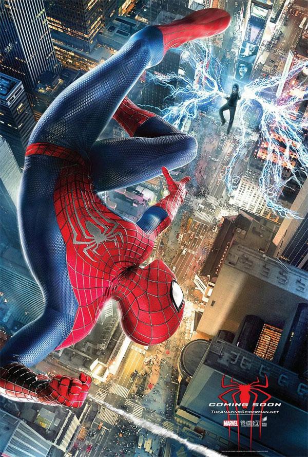 Electro flotanto en medio de Times Square atacando a Spider-Man