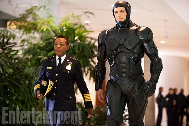 RoboCop con su nuevo traje negro y su mano tonta