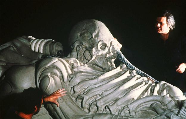 H.R. Giger trabajando sobre el Space Jokey de Alien, el octavo pasajero