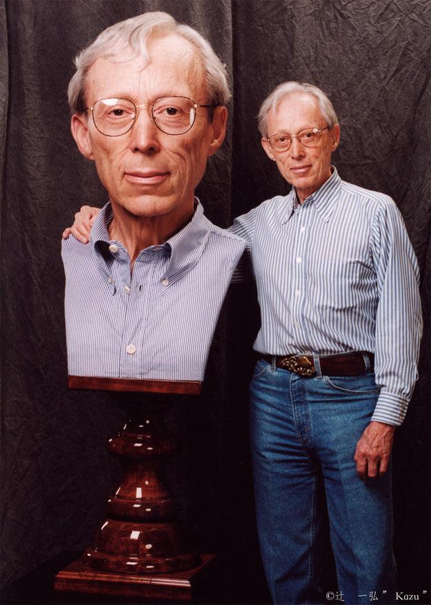 Dick Smith junto a la escultura hecha por Kazuhiro Tsuji