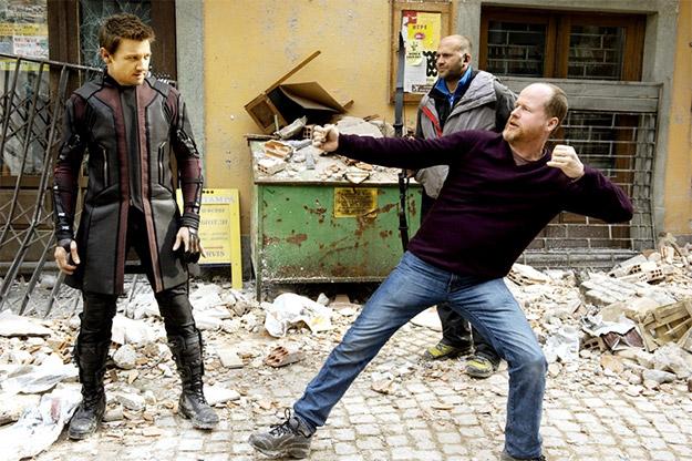 """""""Mira Jeremy, la pose molona Hawkeye es esta, además con el nuevo traje serás aerodinámico"""""""