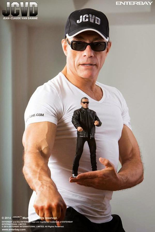 Jean-Claude Van Damme con su homónimo en miniatura