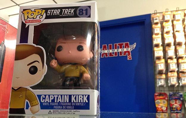 El Capitán Kirk con su Phaser de rigor preparado para la acción en Alita