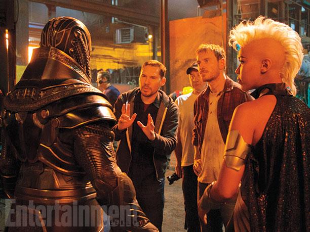 En Sabah Nur / Apocalypse (Oscar Isaac), el director Bryan Singer, Erik Lensherr / Magneto (Michael Fassbender), y Ororo Munroe / Storm (Alexandra Shipp)