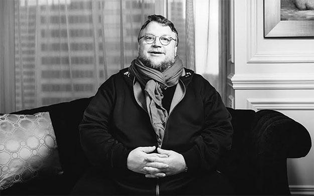 Guillermo del Toro en un sofá... preparado para todo