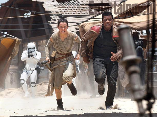 Daisy Ridley y John Boyega AKA Rey y Finn escapan de los soldados imperiales