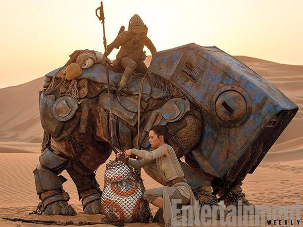 Rey (Daisy Ridley) junto a BB-8 (atrapado en una red)