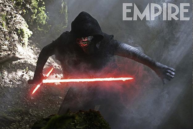 Kylo Ren con su curiosa espada láser en Star Wars: El Despertar de la Fuerza