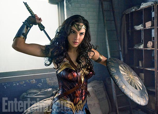 Gal Gadot como Wonder Woman, espada en mano