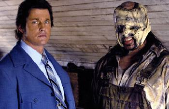 Michael Paré con un pelo y una chaqueta que claman al cielo y el serial killer Max Seed