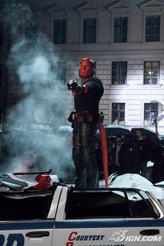 Hellboy II: The Golden Army. Hellboy pisando un coche