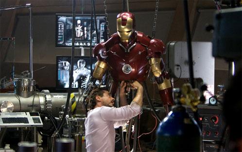 Tony Stark trabajando sobre la Mark III