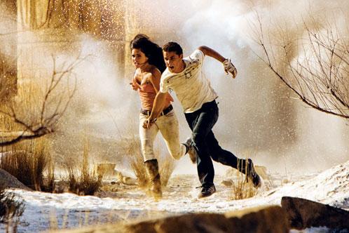 Mikaela Banes y Sam Witwicky corretean por el desierto